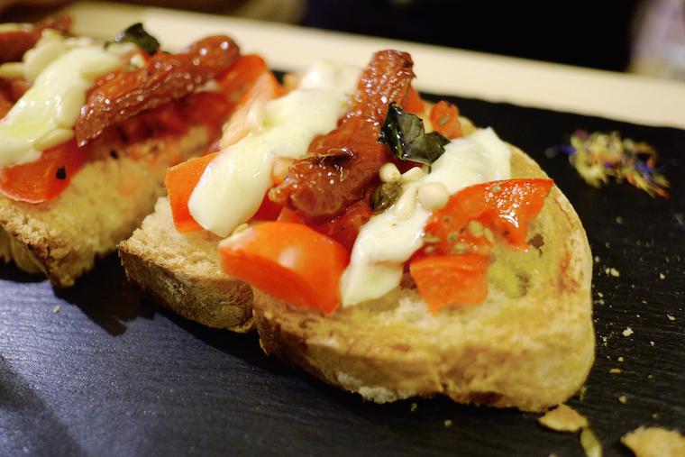 crostini con pomodori secchi e mozzarella