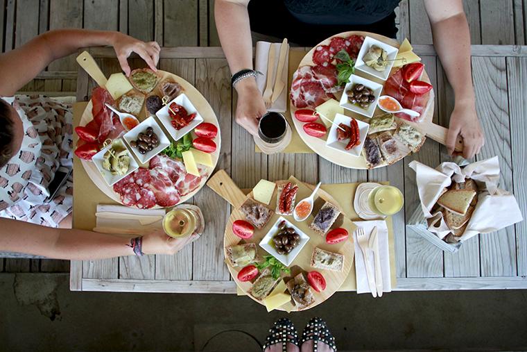 Mediterranea Belfiore tavolo con taglieri di formaggi e crostini